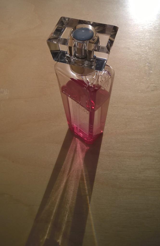 En parfymflaska stod och väntade vid dörren under skrivningen i kemi - någons sistaminutenanalys?
