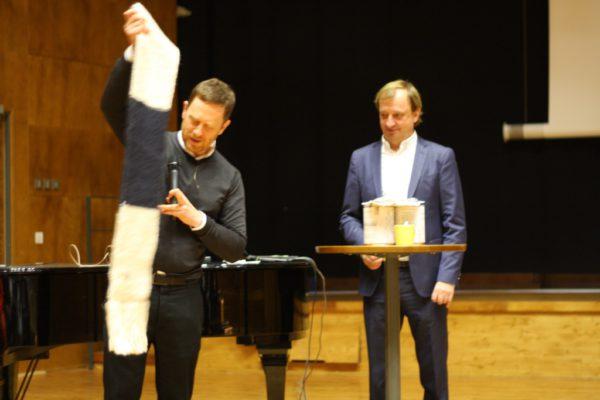 GGs studerande skickar en hälsning till Hjallis som numera kan värma sig med en lång och varm halsduk med texten ABI17 i guldbroderi.